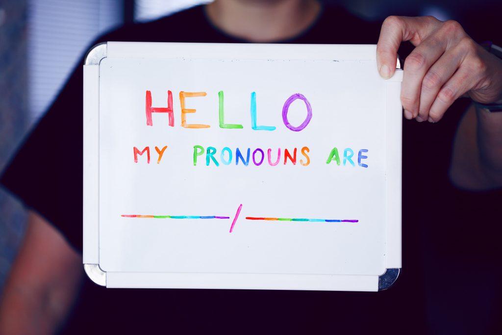 Schild auf dem um Angabe von Pronomen gebeten wird
