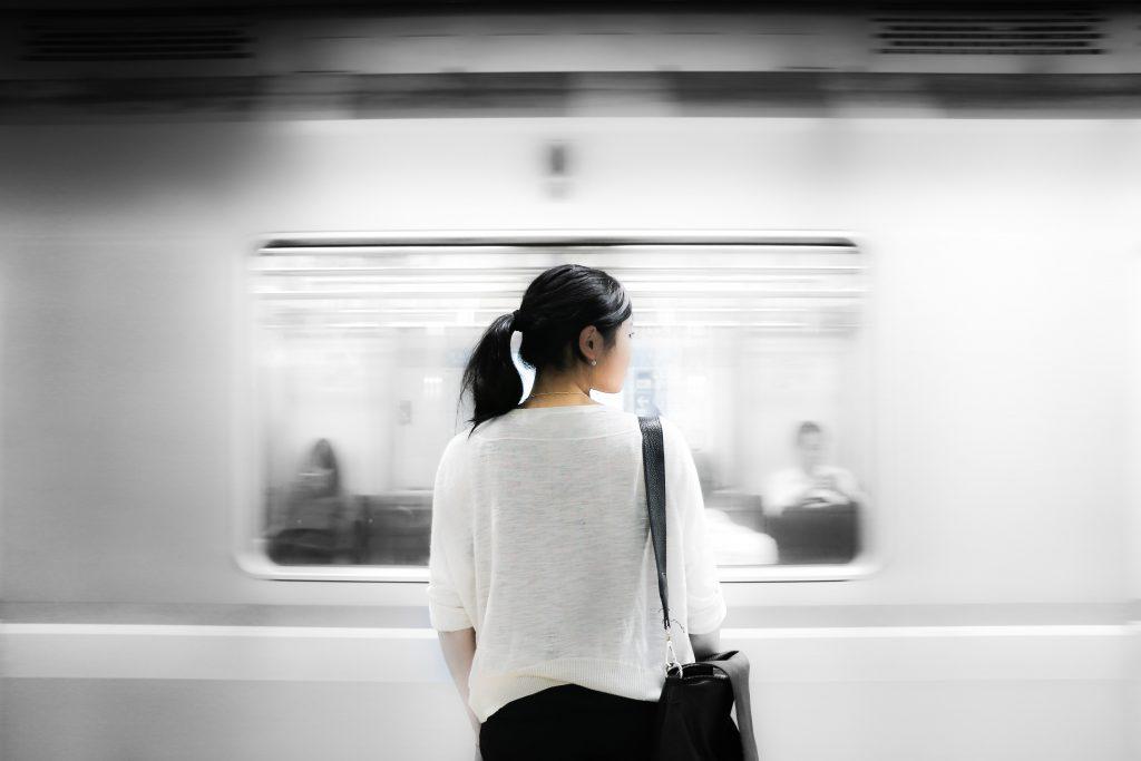 Frau wartet auf Ubahn