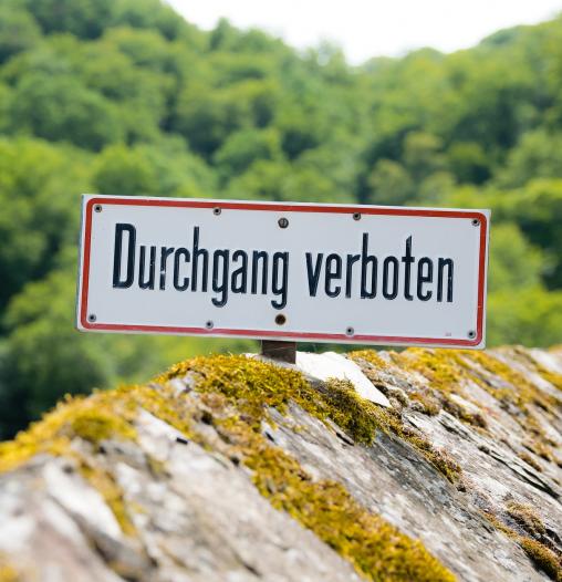 """Landschaft mit Verbotsschild """"Durchgang verboten"""""""